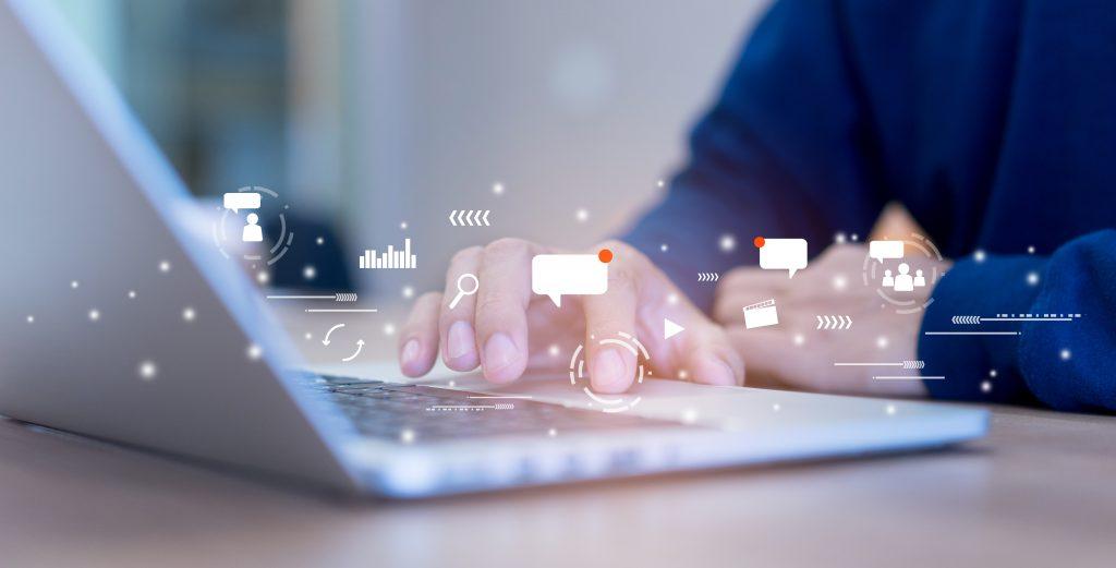 Monitoraggio delle statistiche social tramite computer.
