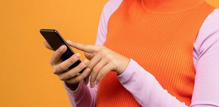 Persona con uno smartphone in mano