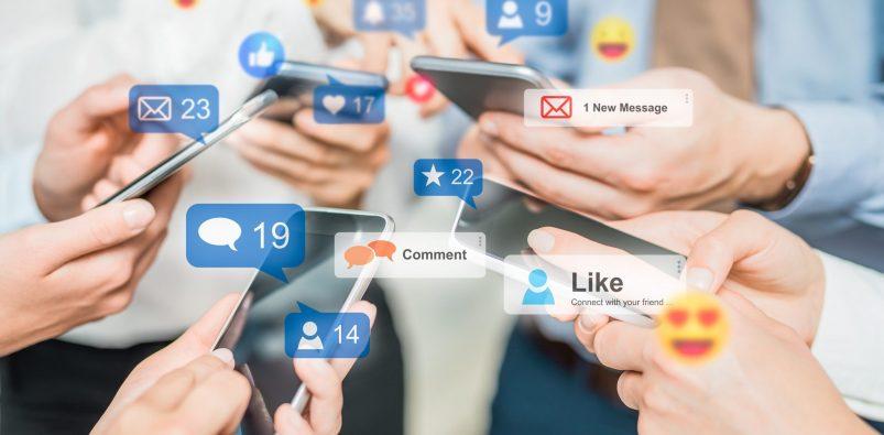 Social media concept. Uomini d'affari aumentano il proprio Engagement Rate ricevendo molte interazioni.